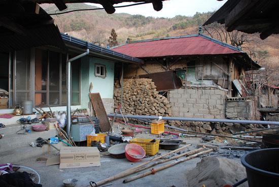 낡고 부서진 고향집 난민촌이 따로 없었습니다. 쓰레기를 버리고, 다시 필요한 건물을 짓고, 이삿짐도 정리해야 합니다.  어느 것을 먼저 해야 할지도 고민되는 날들이었습니다.