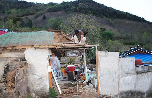 새집을 짓기 위해 헌집을 부수고 있습니다. 고향집이지만 사람이 살지 않았던 짧은 세월동안 집은 낡을 대로 낡아갔습니다.