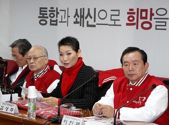 김성주 새누리당 중앙선대위원장이 19일 오전 여의도 당사에서 선대위 회의에서 발언하고 있다.