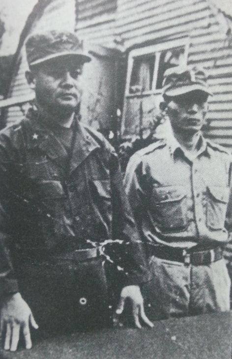 육본 작전교육국 근무 시절 이용문(왼쪽) 국장과 박정희 차장