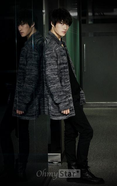 영화<자칼이 온다>에서 여심킬러 탑스타 최현 역의 배우 김재중이 20일 오후 서울 상암동 오마이스타 사무실에서 인터뷰에 앞서 매력적인 모습으로 포즈를 취하고 있다.