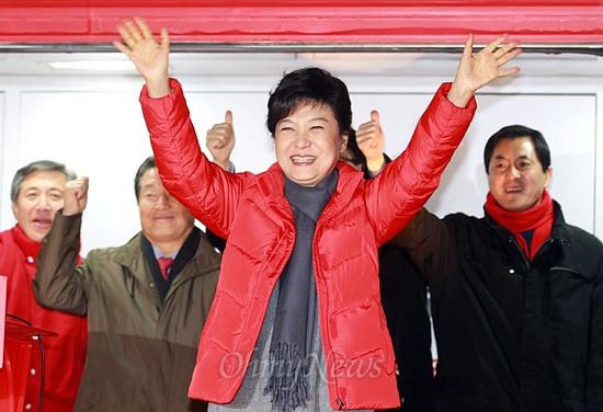 18대 대선 공식선거운동 첫날인 27일 오후 박근혜 새누리당 대선후보가 전라북도 군산시 수송동 롯데마트 앞 거리유세에서 시민들에게 지지를 호소하며 두손을 들어보이고 있다.
