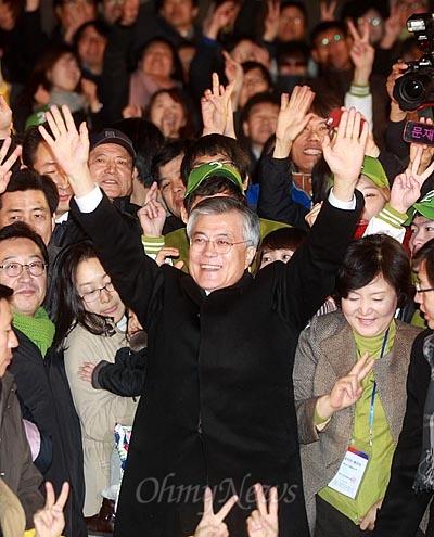 문재인 민주통합당 대선후보가 27일 오후 서울 세종문화회관앞에서 열린 집중유세에서 환호하는 지지자들에게 손을 들어 보이고 있다.