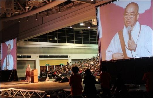 법륜스님 희망콘서트 대구 엑스코 컨벤션홀을 가득 메운 시민들에게 법륜스님이 즉문즉설을 하고 있다.