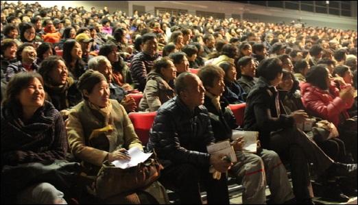 법륜스님 희망콘서트 법륜스님의 대답을 듣고 기뻐하는 시민들. 대구 엑스코 컨벤션홀은 3천여명의 시민들이 자리를 가득 메웠다.