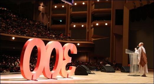 법륜스님 300회 강연 법륜스님의 300번째 강연이 열린 경희대 평화의 전당. 5천명이 자리를 가득 메워 열기를 더했다.