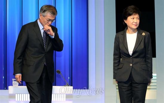 새누리당 박근혜, 민주통합당 문재인 대선후보가 4일 서울 여의도 MBC 스튜디오에서 선관위 주관 첫번째 TV토론을 준비하고 있다.
