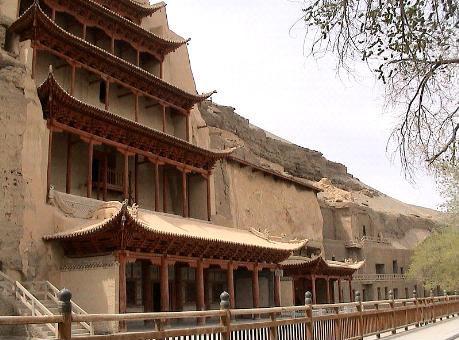 막고굴의 전경이다. 이렇게 사암절벽에 500여 개의 인공굴이 파여져 있다.