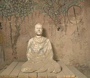 막고굴 17호굴 홍변스님상과 그 뒷면의 벽화, 핸드백이 나무에 걸려 있다.