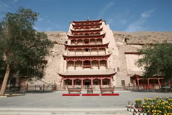 막고굴의 상징인 35미터의 대불이 있는 96굴.