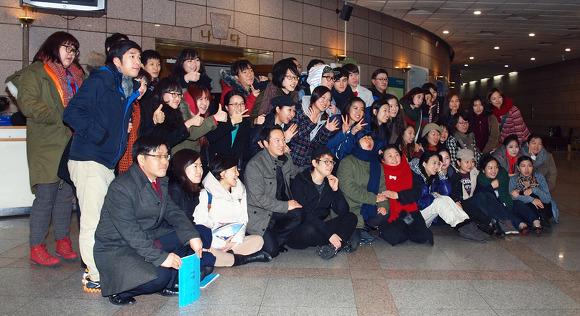 단체사진 공연을마친 인천왈츠 '어떤 여행' 출연진과 스태프가 함께 모여 기념촬영를 하고 있다.