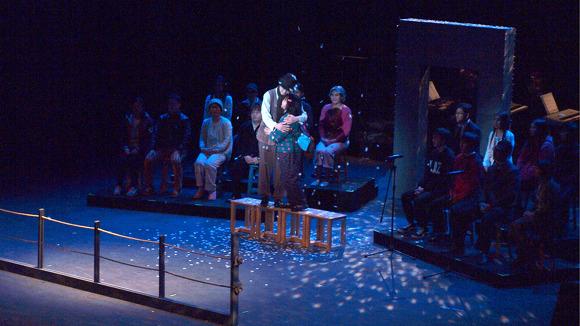 엔딩 뮤지컬의 마지막 장면이 공연되고 있다.