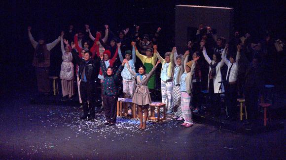 인사 공연을 마치고 무대인사를 하고 있다.