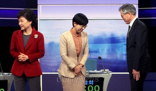 제18대 대통령선거가 9일 앞으로 다가온 10일 오후 박근혜 새누리당 대선후보, 문재인 민주통합당 대선후보, 이정희 통합진보당 대선후보가 여의도 KBS스튜디오에서 진행된 2차 TV토론에 앞서 사진촬영을 마친 뒤 자리로 돌아가고 있다.