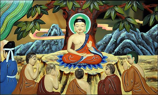 <금강경>은 <금강경>은 반야심경과 더불어 불자들에게 가장 널리 독송되고 있는 불경으로 부처님과 수보리가 나눈 대화내용으로 구성되어 있습니다.
