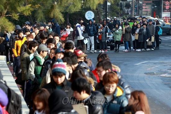 제18대 대통령선거 부재자투표 첫날인 13일 오후 서울 동작구청 지하1층에 부재자투표소가 설치된 가운데, 대부분 20~30대인 젊은 유권자들이 구청 정문밖에까지 길게 줄을 서서 투표를 기다리고 있다.