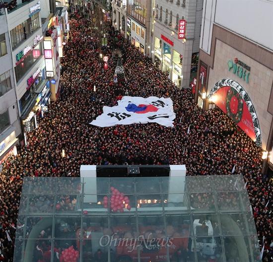 박근혜 새누리당 대선후보가 12일 오후 대구 동성로 대구백화점앞에서 유세를 벌이는 가운데, 지지자들 머리위로 대형 태극기가 펼쳐지고 있다.
