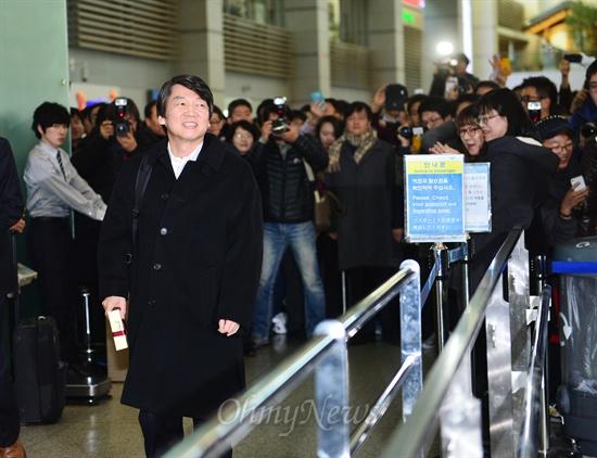 대통령 선거일인 19일 오후 안철수 전 무소속 대선후보가 투표를 마치고 인천공항을 통하여 출국하고 있다.
