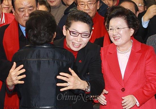 제18대 대통령선거에서 당선이 확실시 되고 있는 박근혜 새누리당 대선후보가 19일 오후 서울 여의도 새누리당사에 마련된 선거종합상황실을 방문하자, 김성주 공동선대위원장이 박 후보를 축하하며 포옹하고 있다.