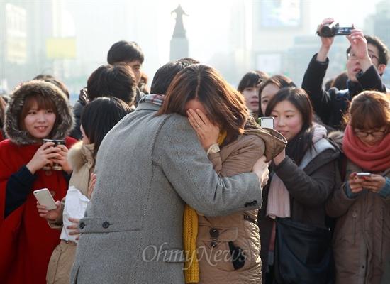 위로가 필요해... '제18대 대선 투표율 80%를 넘기면 프리허그를 하겠다'고 트위터를 통해 약속했던 표창원 전 경찰대 교수가 20일 오후 서울 광화문광장에서 투표율이 75.8%에도 불구하고 약속을 지키겠다며 시민들과 프리허그를 하고 있다. 프리허그 도중 한 시민이 눈물을 흘리고 있다.