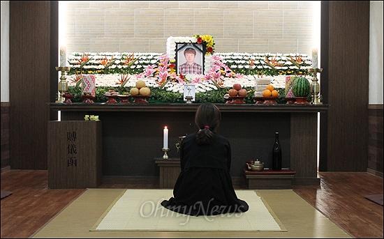 21일 부산 영도구민장례식장에 마련된 최강서씨의 빈소. 유족이 최씨의 영정 앞에 앉아있다. 최씨는 부인과 사이에 7살, 5살 난 아들을 남겼다.