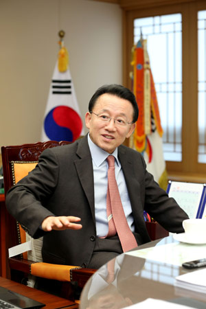 김완주 전북지사 김완주 전북지사가 프로야구 10구단 창단에 나선 이유과 계획을 밝히고 있다