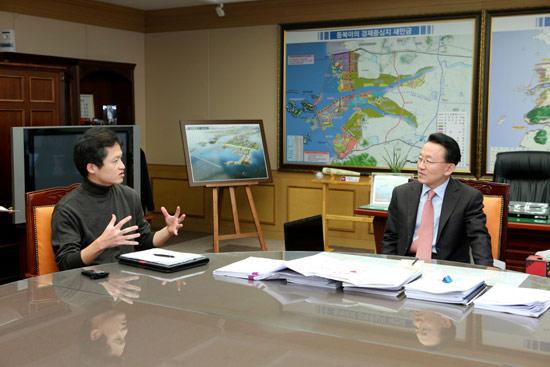 전라북도청 도지사실에서 김완주 지사를 만나 프로야구 10구단 창단 작업에 나선 이유와 계획을 들었다.