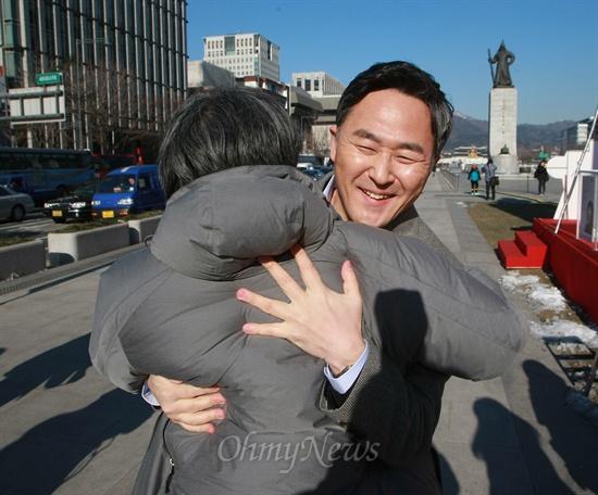 오연호 대표기자와 표창원 전 경찰대 교수가 24일 오후 서울 광화문광장에서 생방송으로<오마이뉴스> '힐링올레'를 하면서 포옹하고 있다.