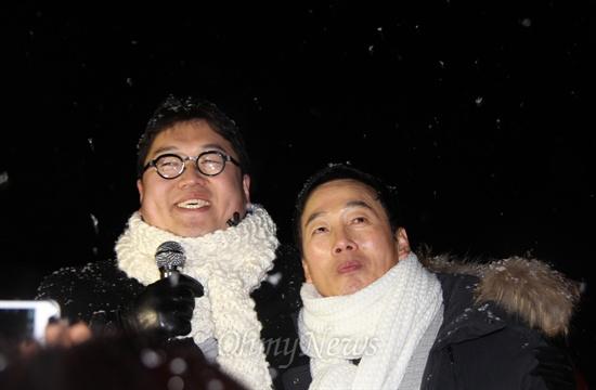 25일 자정, 홍성교도소에서 출소한 정봉주 전 의원과 김용민 씨.