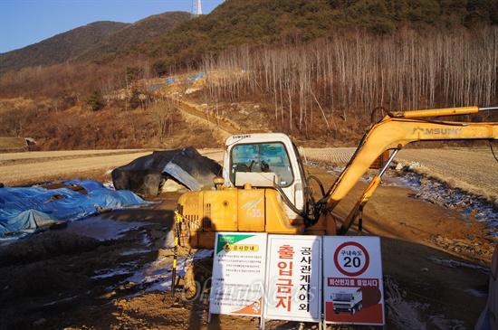 경북 청도군 각북면 삼평리 마을 앞산 송전탑 건설공사가 중단되어 있다.