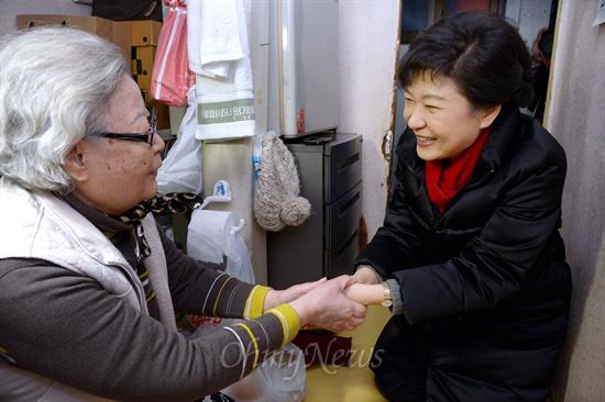 박근혜 대통령 당선인이 성탄절인 25일 서울 창신동 쪽방촌에서 직접 만든 도시락을 독거노인에게 전달한 뒤 대화를 나누고 있다.