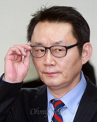 윤창중 당선인 수석대변인이 25일 오후 여의도 새누리당 기자실에서 기자회견을 마친 뒤 안경을 고쳐쓰고 있다.