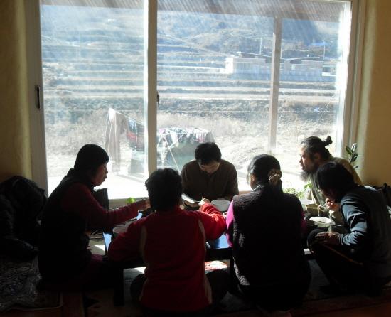 식사와 담소를 나누는 지역주민들