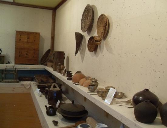 마을박물관에는 오래된 생활용품과 사진들이 전시되어 있다.