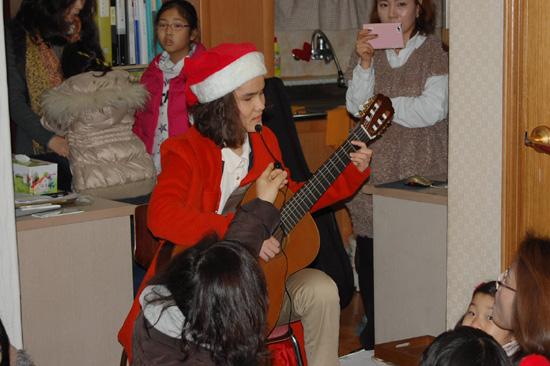 이웃산타-기타공연 재능 나눔으로 산타가 된 유희정 산타