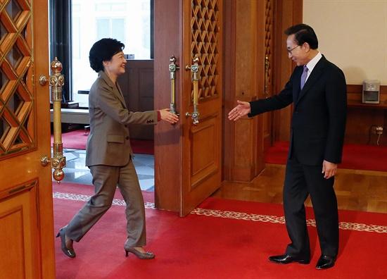 28일 청와대에서 이명박 대통령과 박근혜 대통령 당선인이 악수를 하고 있다.