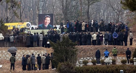 지난해 12월 30일 타계한 고 김근태 전 민주통합당 상임고문의 1주기 추모 참배 행사가 열린 29일 오후 경기도 마석 모란공원에 마련된 묘역을 찾은 참배객들이 추모의식을 지켜보고 있다.