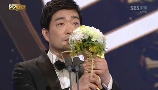 지난 31일 SBS에서 방영한 <2012 SBS 연기대상>에서 대상을 수상한 손현주