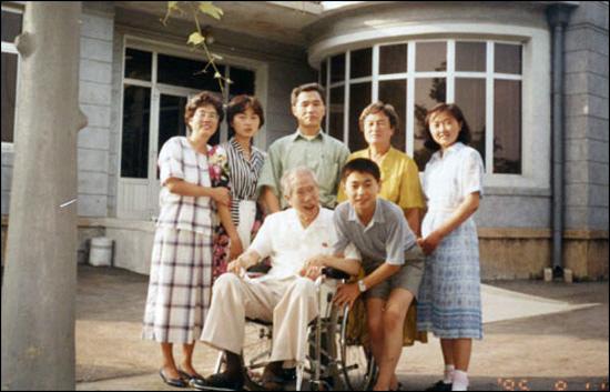 1995년 8월 평양의 이인모씨 집을 방문해 이씨의 가족들과 현관에서 찍은 사진. 정중앙에 서 있는 사람이 조영삼씨다.