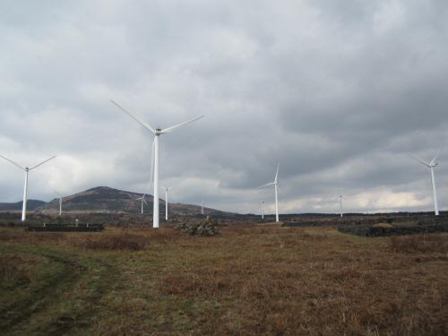 멀리서 본 따라비오름과 풍력발전기