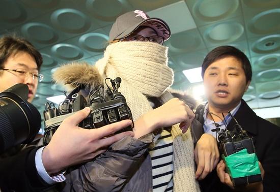 마이크 뿌리치는 국정원 직원 불법 선거운동 의혹을 받고 있는 국정원 직원 김아무개씨가 4일 오후 피의자 신분으로 조사를 받기 위해 서울 수서경찰서에 들어서고 있다.