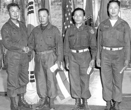 박정희와 백선엽 1군사령관으로 부임한 백선엽 대장(왼쪽)이 5사단장으로 부임한 박정희 준장(왼쪽 세번째) 등 예하 사단장의 보직신고를 받는 장면