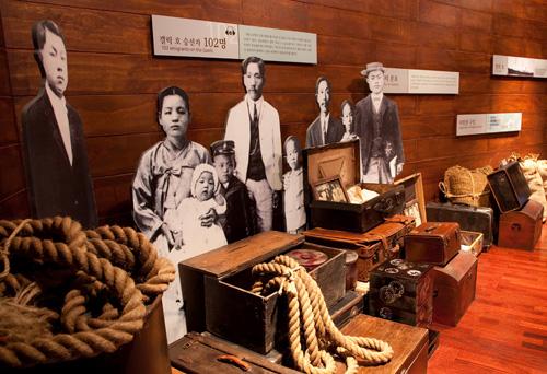 첫 이민선 갤릭호에 올랐던 실제 이민자의 모습. 가방과 짐도 대부분 당시 이민자들이 사용했던 것들이다.