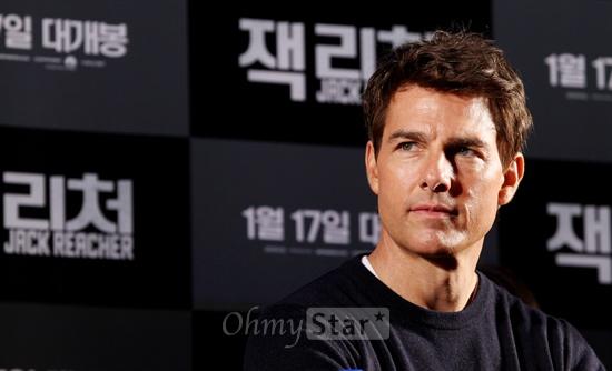 10일 오전 서울 여의도의 한 호텔에서 열린 영화<잭 리처> 기자회견에서 잭 리처 역의 배우 톰 크루즈가 기자들의 질문을 듣고 있다.