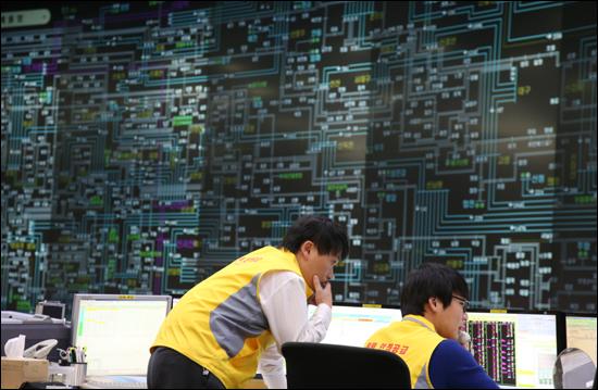 조금만 아껴써도 한파에 전력사용량이 급증해 전력 수급 '관심'경보가 발령된 지난 12월 11일 오전 서울 강남구 삼성동 전력거래소 중앙관제센터에서 관계자들이 분주하게 움직이고 있다.
