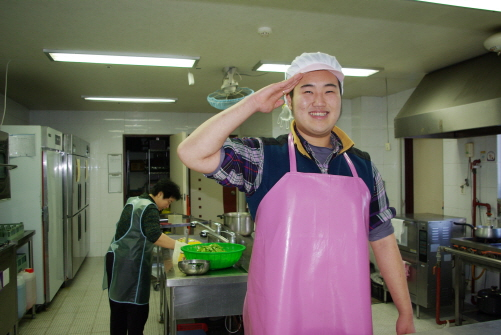 박지호 공익요원 지호씨는 요양원에 근무하면서 주방보조를 자원했다. 좀 더 편한 생활보다 다향한 경험을 위해서라고.