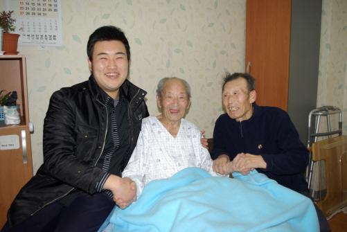어르신들과 함께 요양원에서는 지호씨가 손자 같아서 어르신들이 좋아한다. 지금은 서로 '사랑합니다'라며 손을 맞잡았다. 요양원 측의 동의를 얻어 사진을 게재한다.