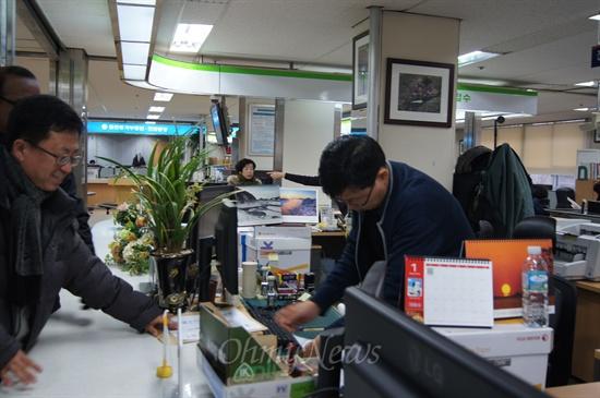 시민단체들은 15일 오전 대구지방법원에 제주해군기지와 관련 김황식 총리에 대한 책임을 묻는 1원 소송을 접수했다.