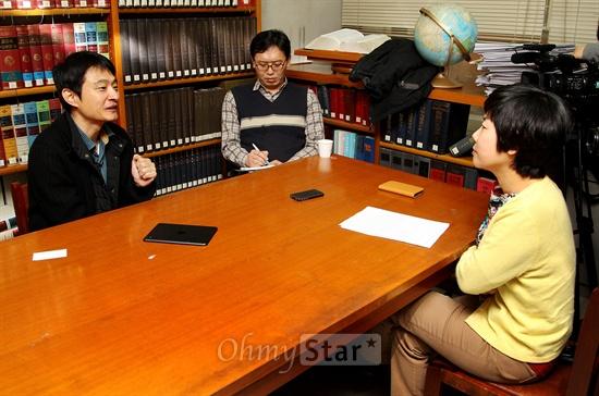 16일 서울 목동 CBS에서 대담을 가진 CBS 라디오 <김미화의 여러분>의 진행자인 희극인 김미화(오른쪽)와  오마이스타 김대오 국장(왼쪽).