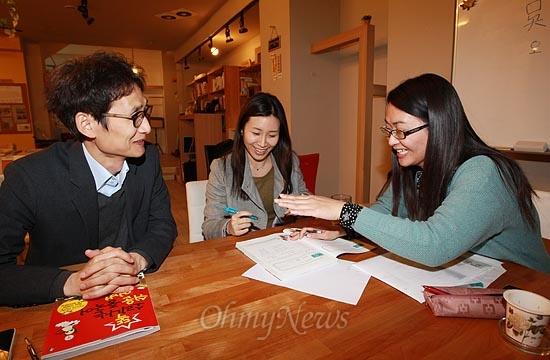 15일 오후 서울 서초구 서초동 남부터미널 인근에 위치한 협동조합 카페 '카페 오공'에서 중국어 재능나눔 수업에 자원봉사로 나선 대만인 강사 오완정(오른쪽)씨가 참가자들에게 중국어를 가르쳐 주고 있다.